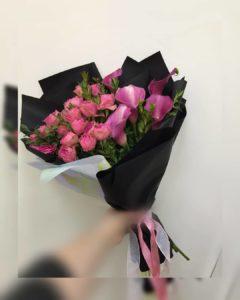 букет с розами на длинной ножке