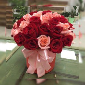 красные и розовые розы с лентой