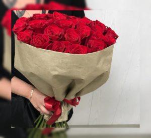 букет красных роз с лентой
